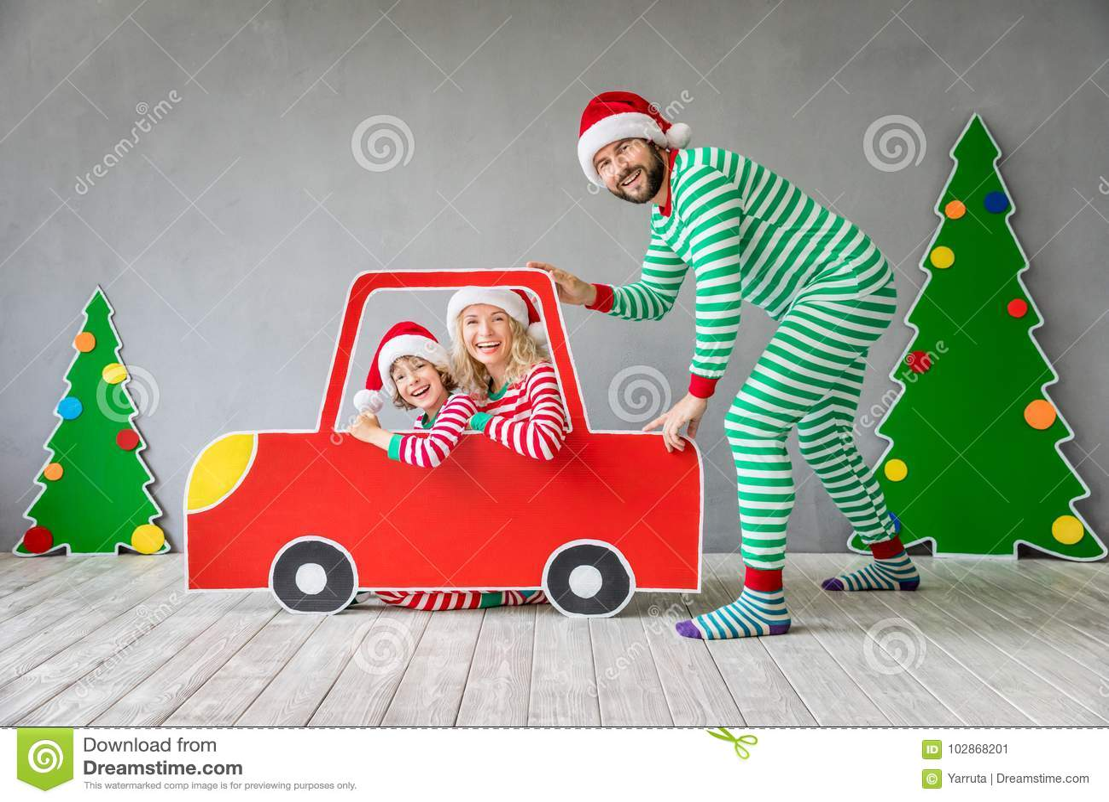 Gelukkige familie op Kerstmisvooravond