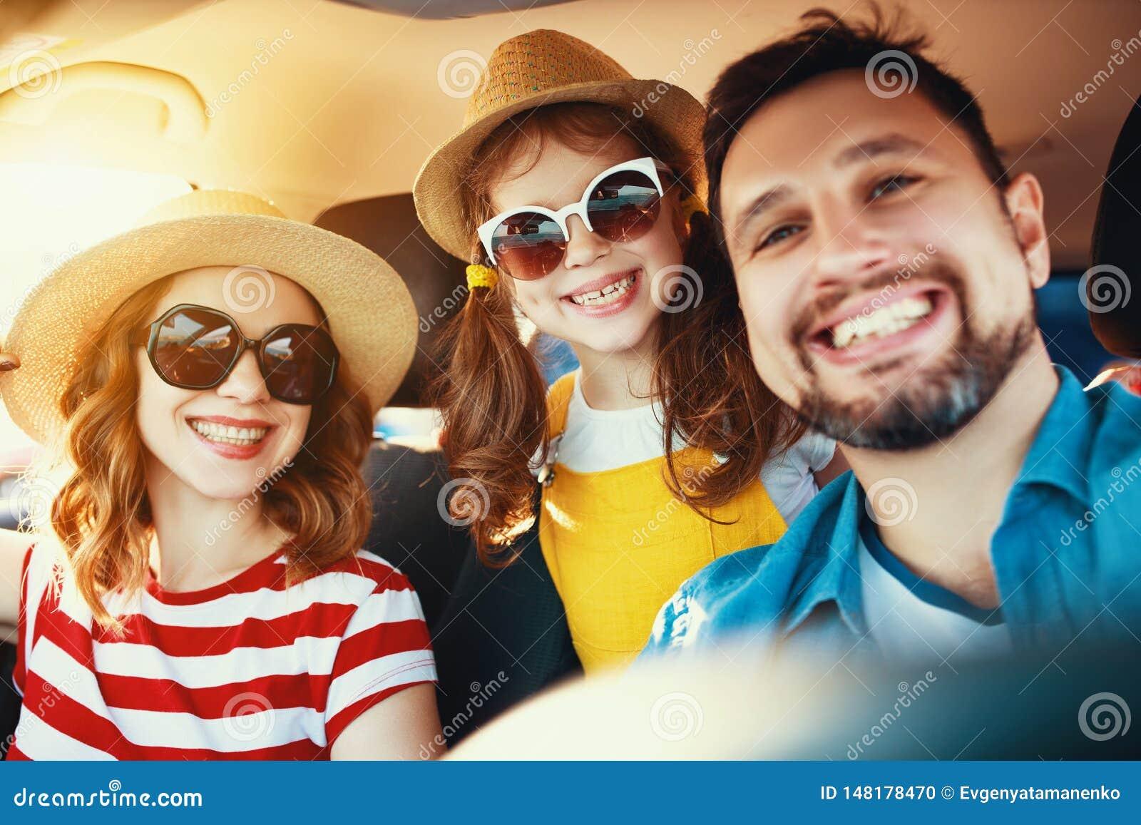 Gelukkige familie in reis van de de zomer de autoreis door auto op strand