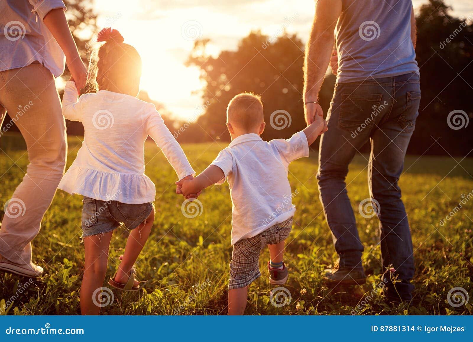 Gelukkige familie samen, achtermeningsconcept