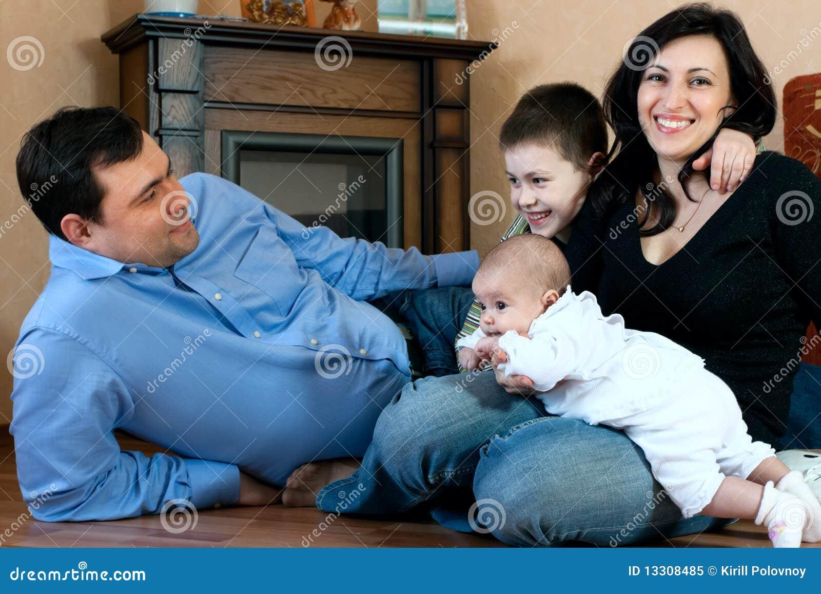 Gelukkige familie - vader, moeder, zuster, broer