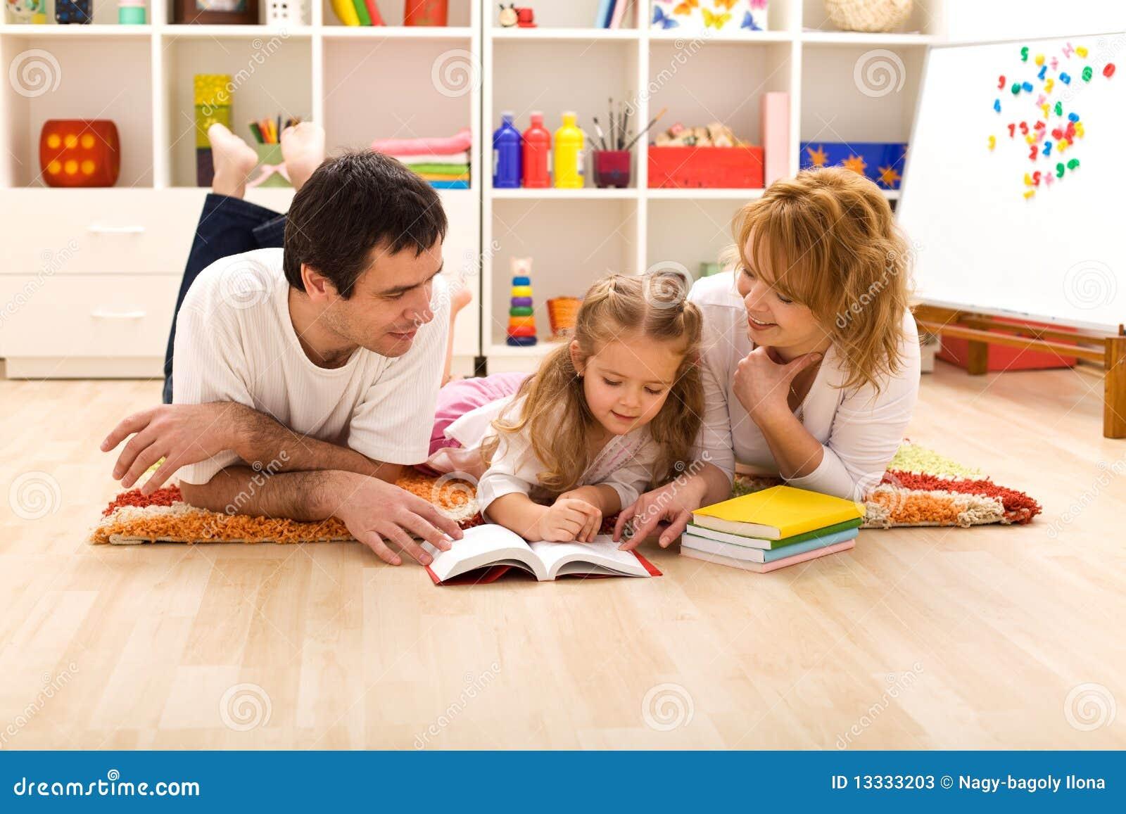 Gelukkige familielezing in de jonge geitjesruimte