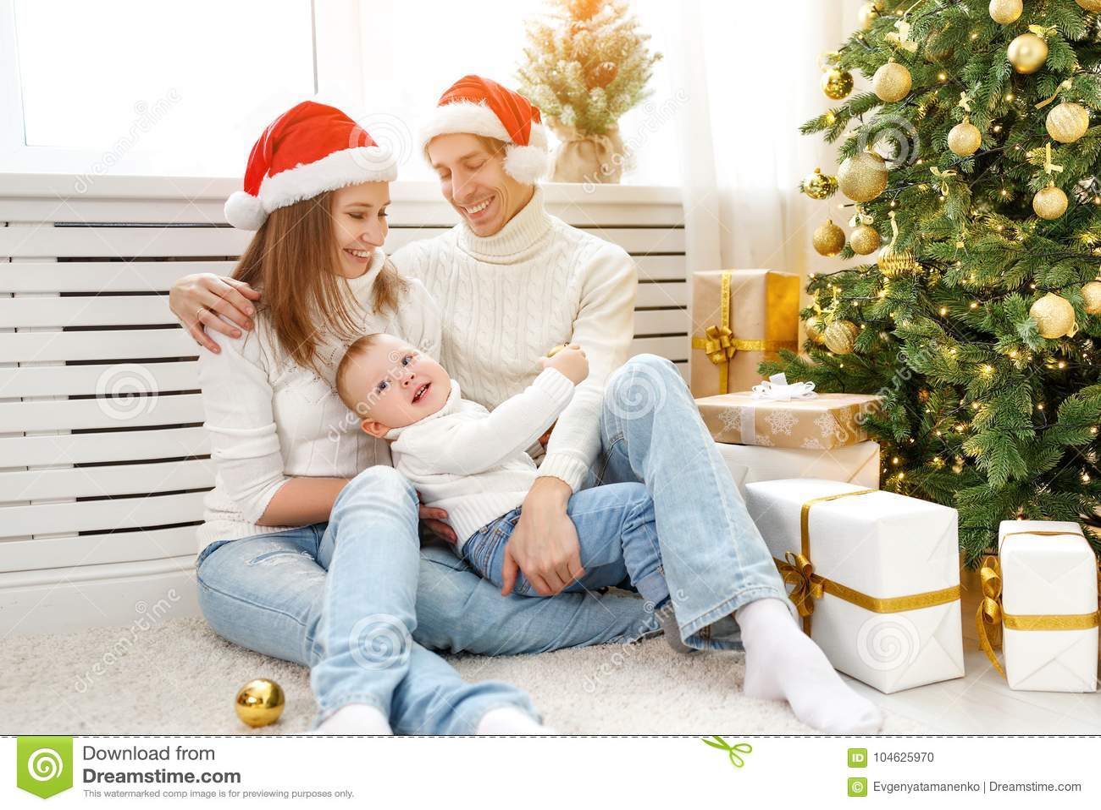 Download Gelukkige Familiemoeder En Baby In Kerstmisochtend In Christm Stock Foto - Afbeelding bestaande uit pret, gelukkig: 104625970