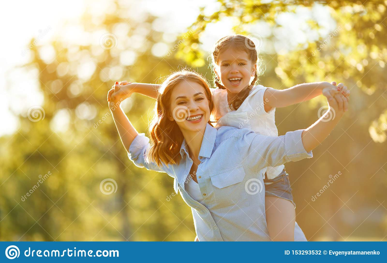 Gelukkige familiemoeder en kinddochter in aard in de zomer