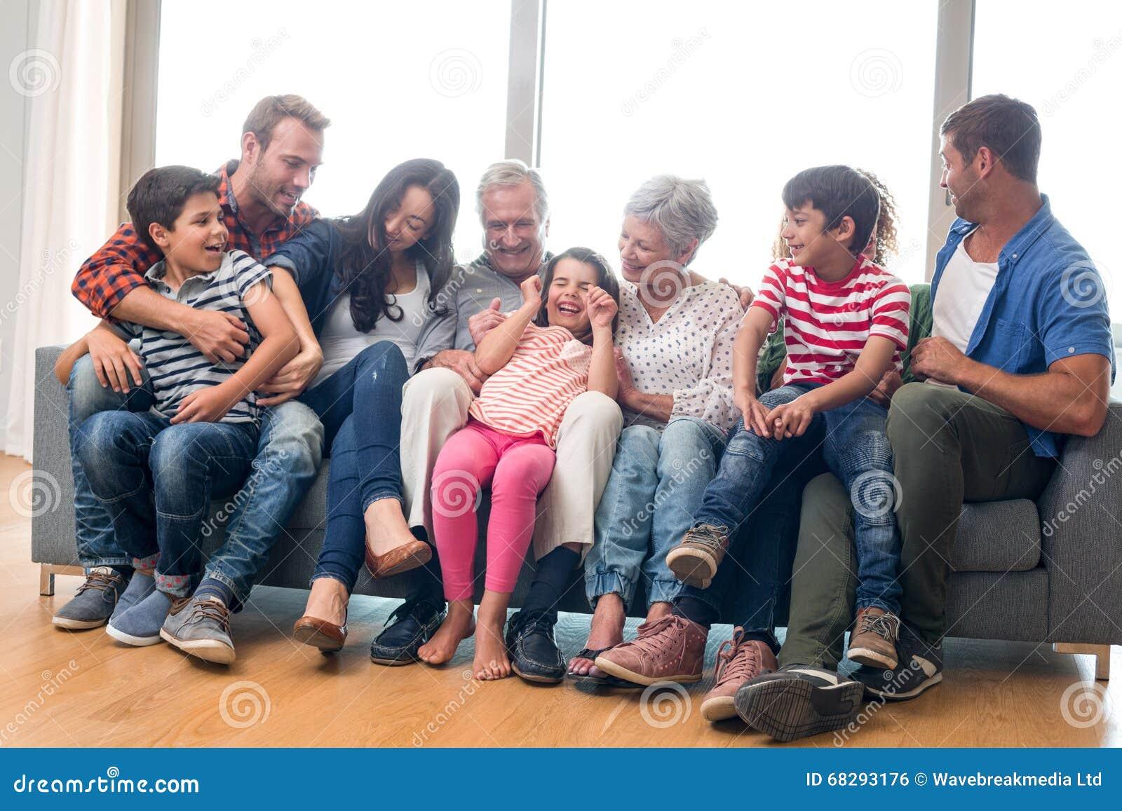 Gelukkige familiezitting op bank