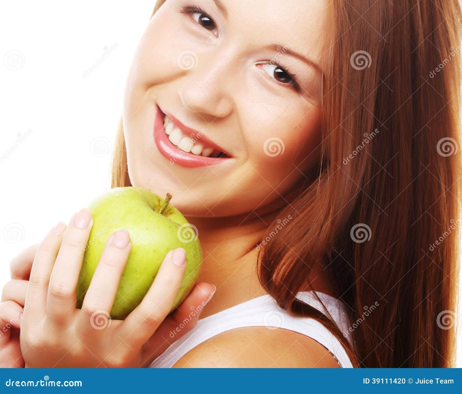 Gelukkige glimlachende die vrouw met appel, op wit wordt geïsoleerd