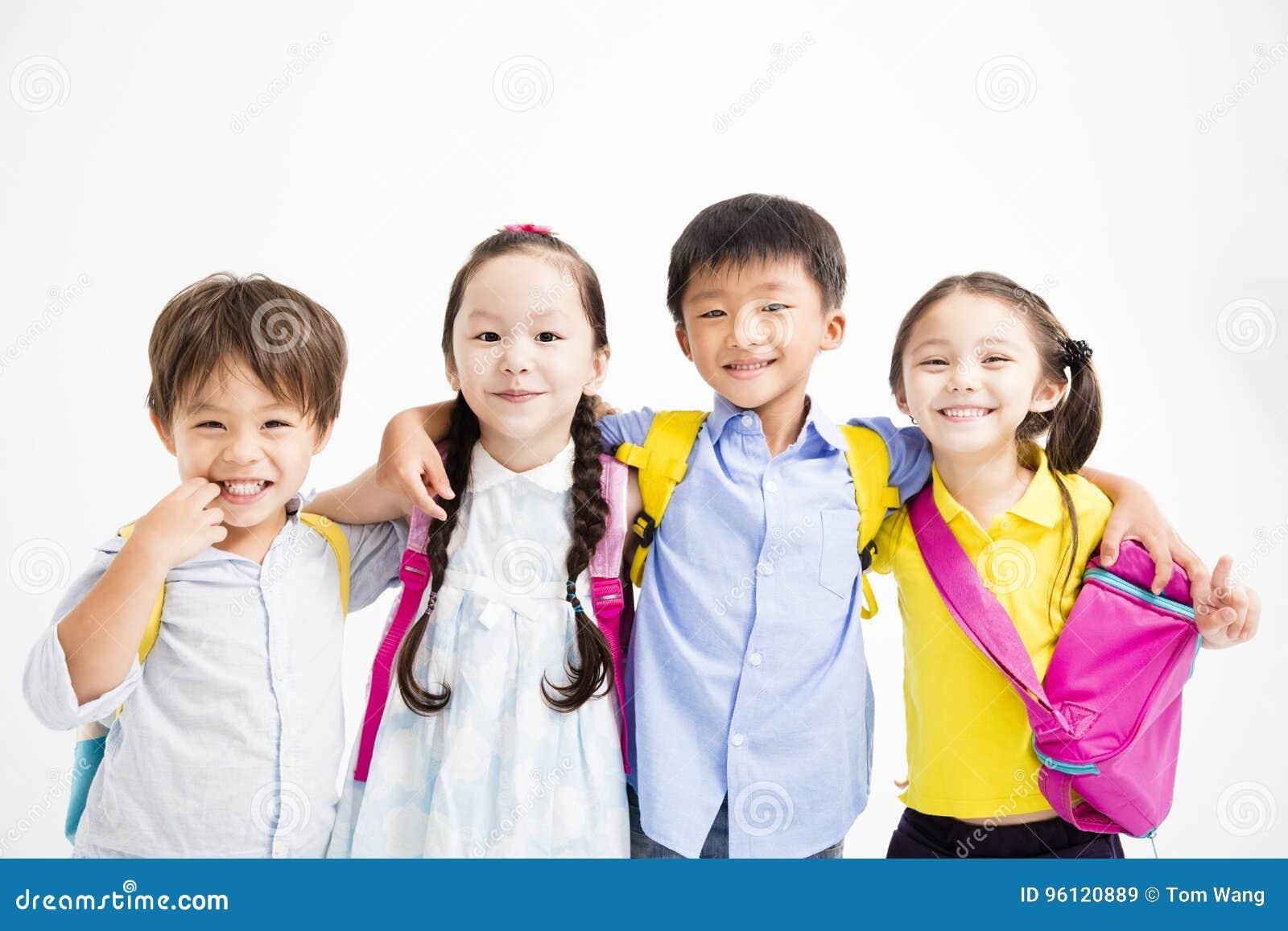Gelukkige glimlachende kinderen die samen koesteren