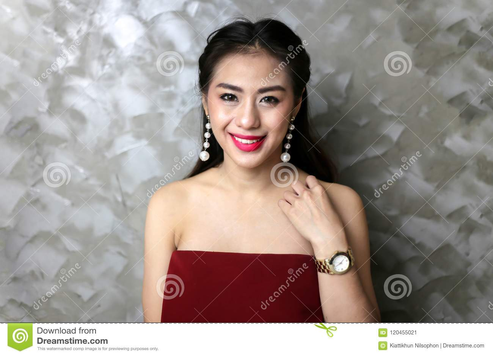 Gelukkige glimlachende mooie jonge sexy vrouw in rode partijkleding