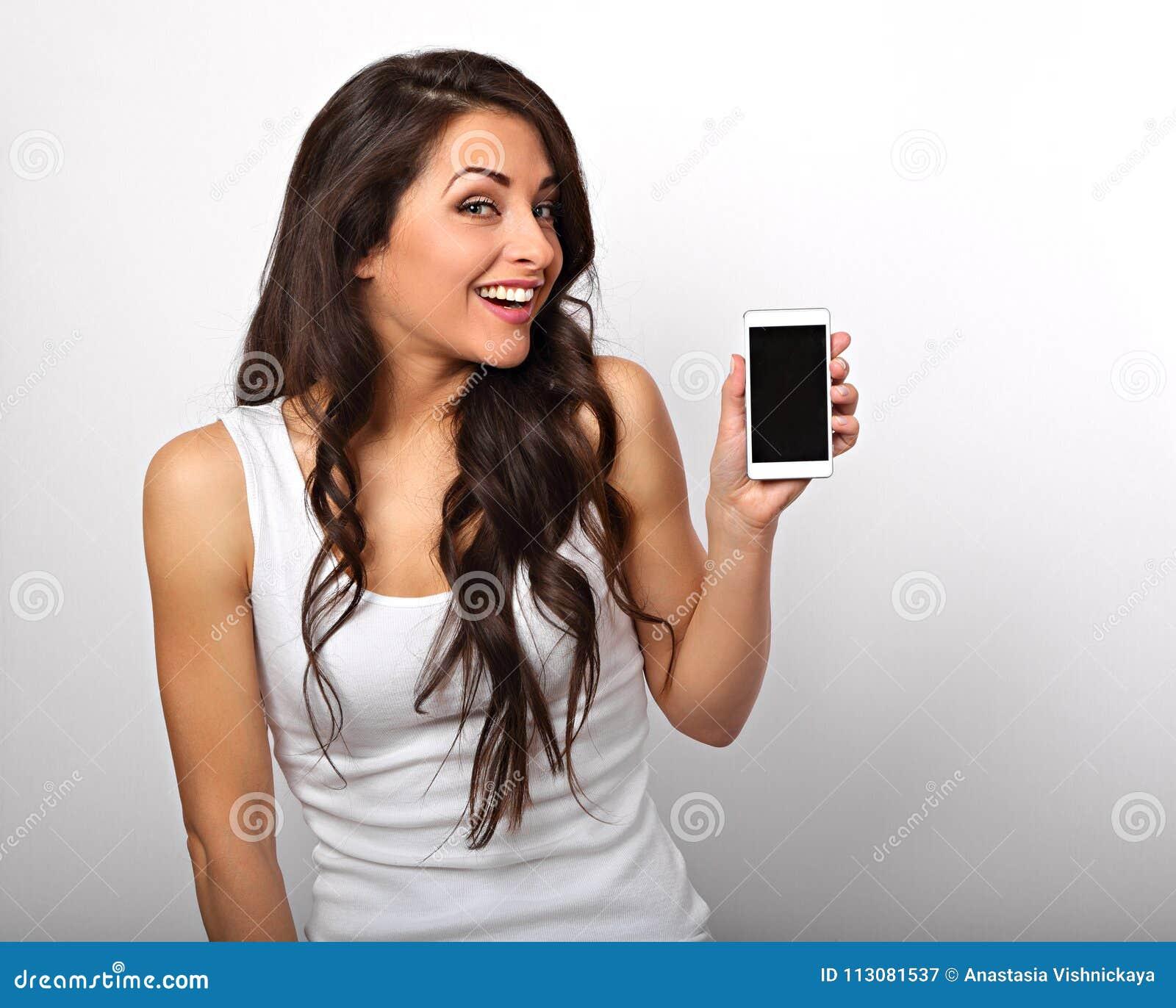 Gelukkige glimlachende mooie opgewekte vrouw holding en reclamemo