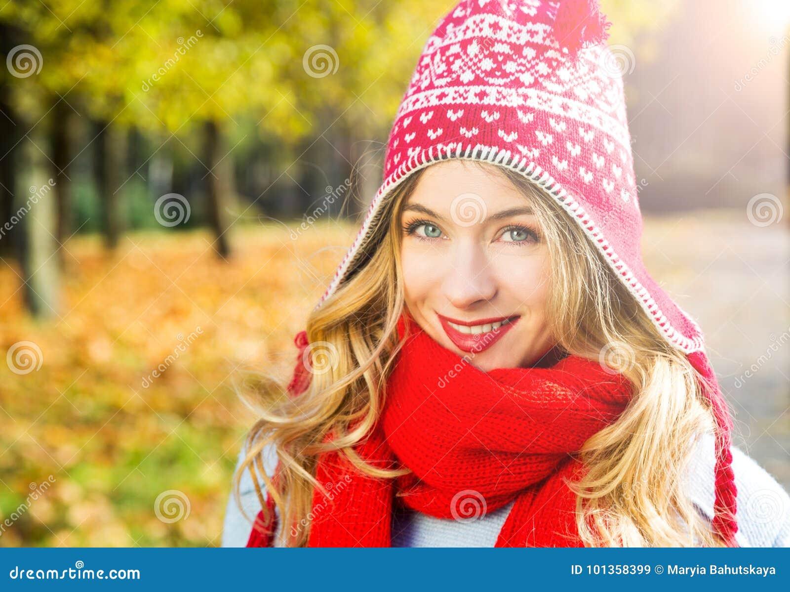 Gelukkige Glimlachende Vrouw in Hoed op Autumn Background