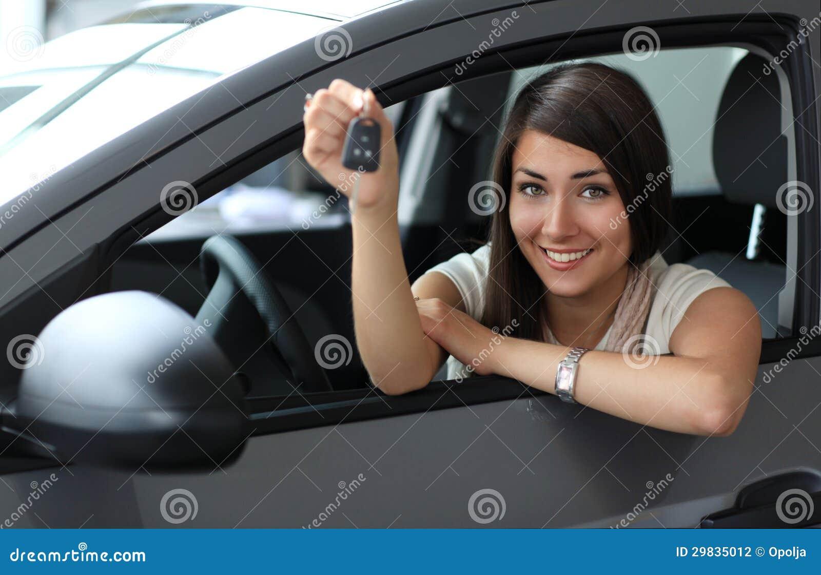 Gelukkige glimlachende vrouw met autosleutel