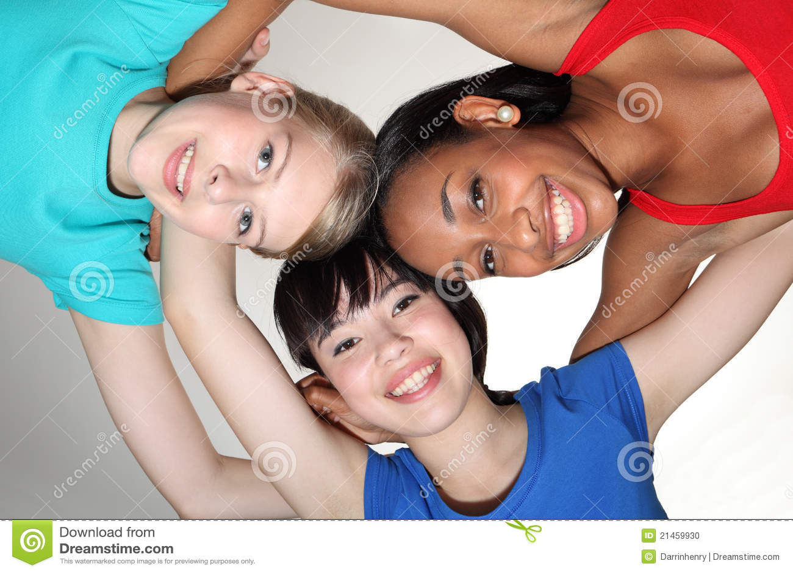 Gelukkige groepswirwar door de gemengde meisjes van de rasstudent