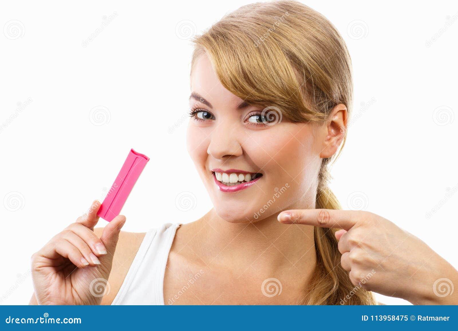 Gelukkige het glimlachen de zwangerschapstest van de vrouwenholding met positief resultaat