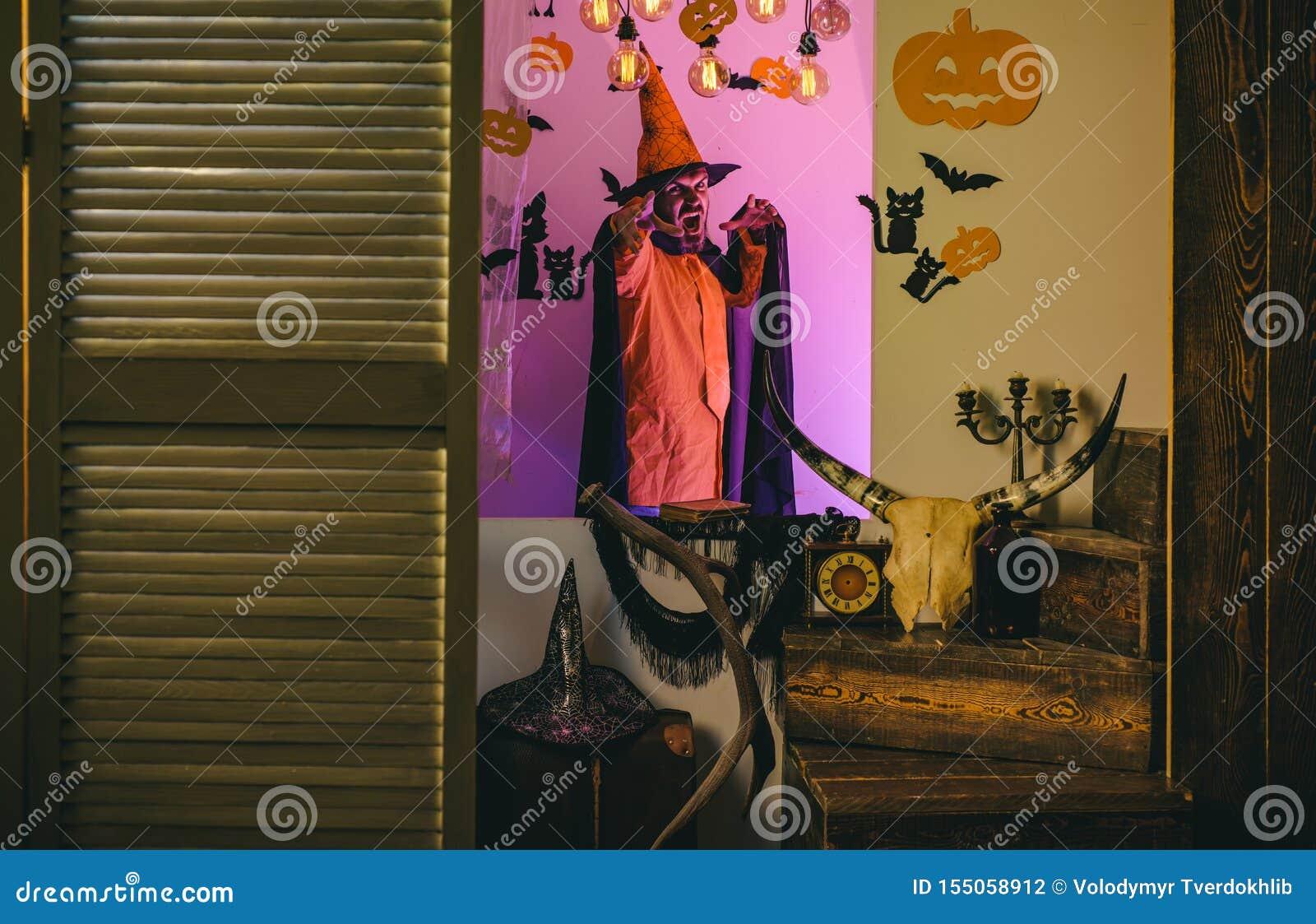 Gelukkige hipster met bloedige baard met pompoenen Halloween, vakantieviering De enge gezichtsmens met verschrikking maakt omhoog