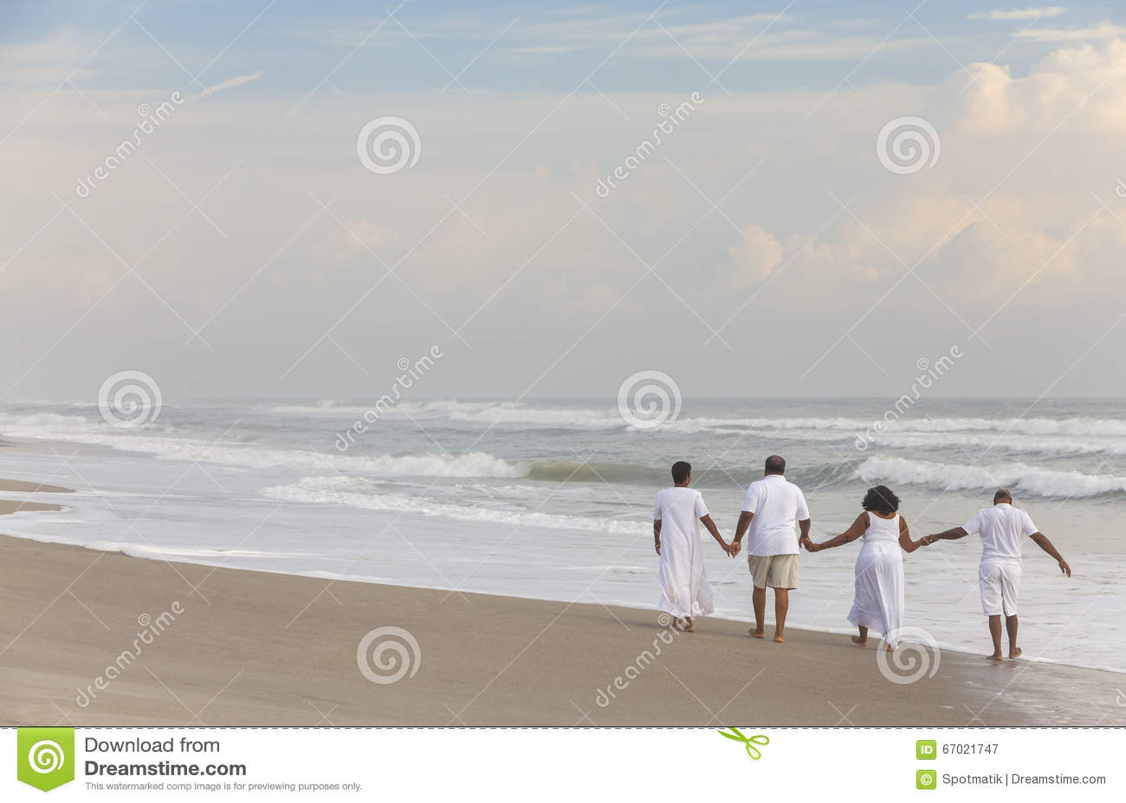 Gelukkige Hogere Afrikaanse Amerikaanse Parenmannen Vrouwen op Strand