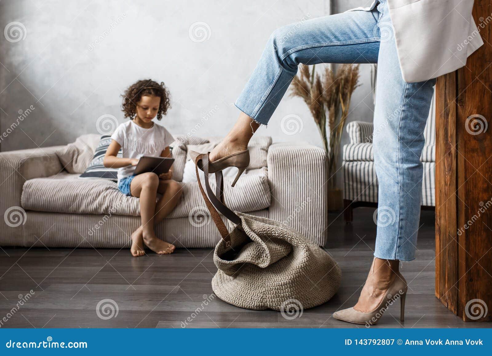 Gelukkige houdende van familie Jonge moeder en haar spel van het dochtermeisje in jonge geitjesruimte Het grappige mamma en het m