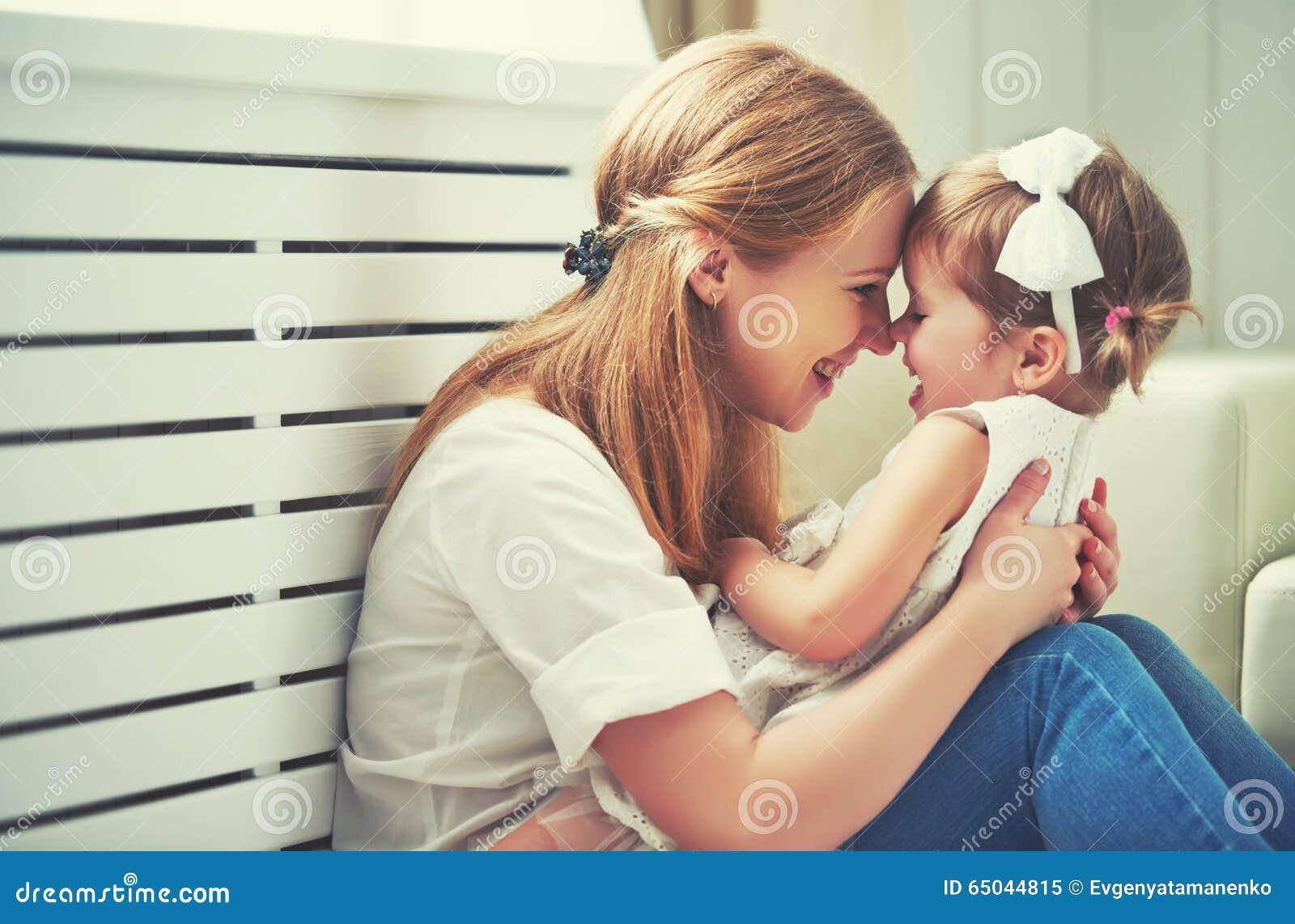 Gelukkige houdende van familie moeder en kind het spelen, kussend en hugg