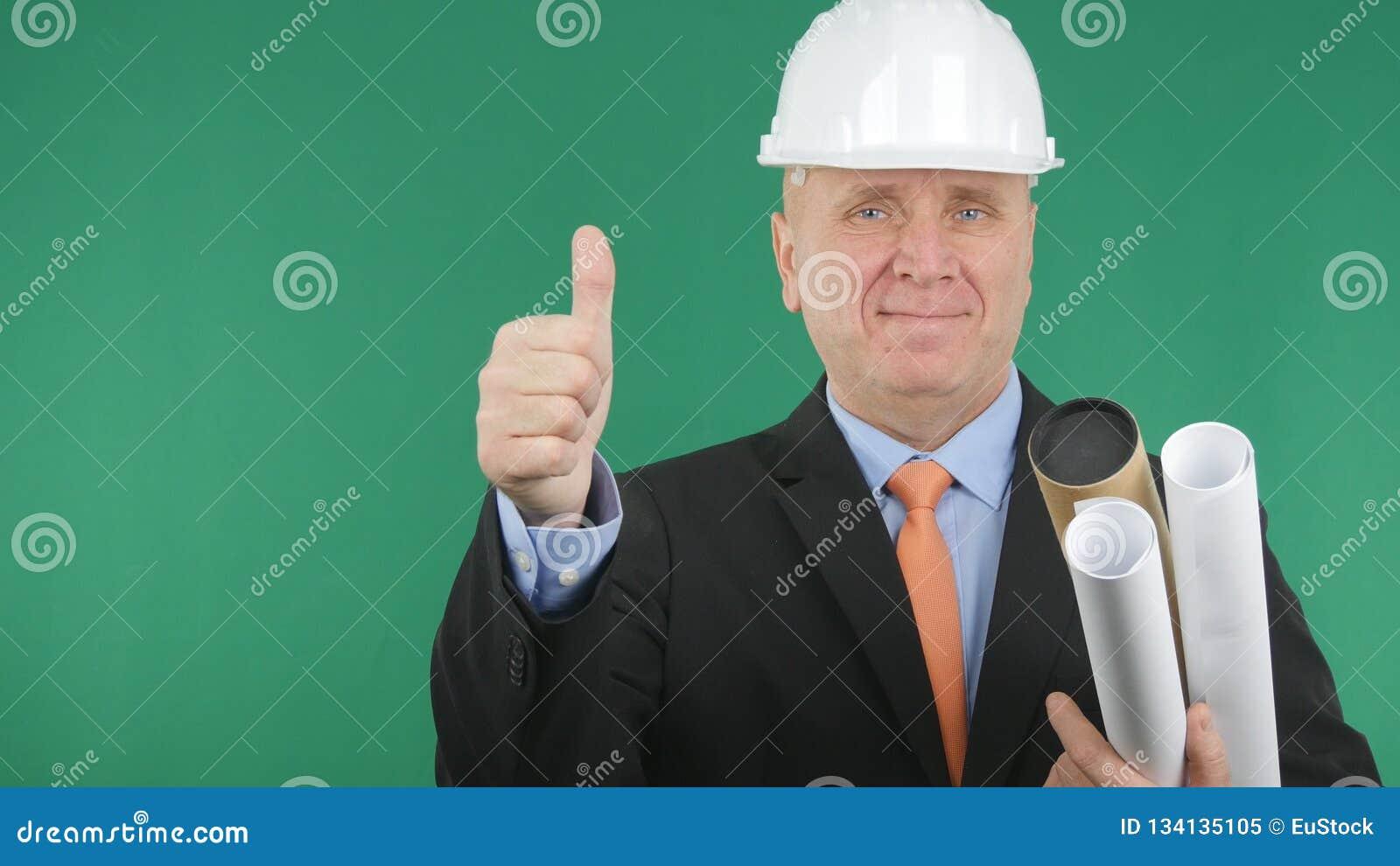 Gelukkige Ingenieur Smile en Duimen omhoog met het Groene Scherm op Achtergrond