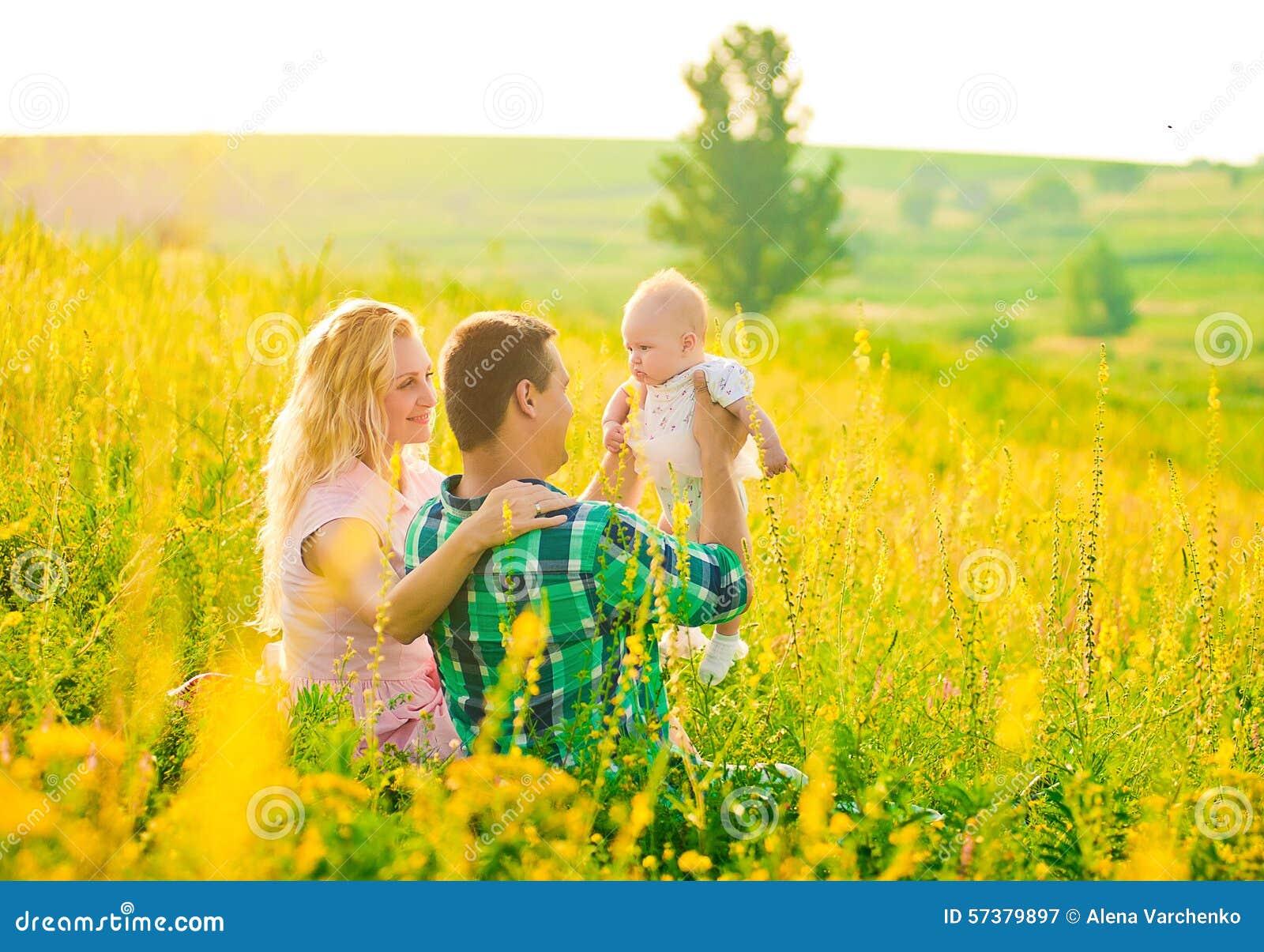 Gelukkige jonge familie in openlucht