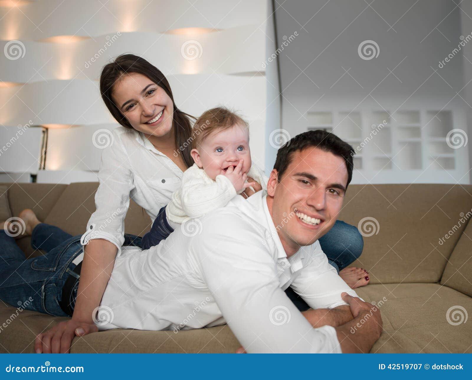 Gelukkige jonge familie thuis