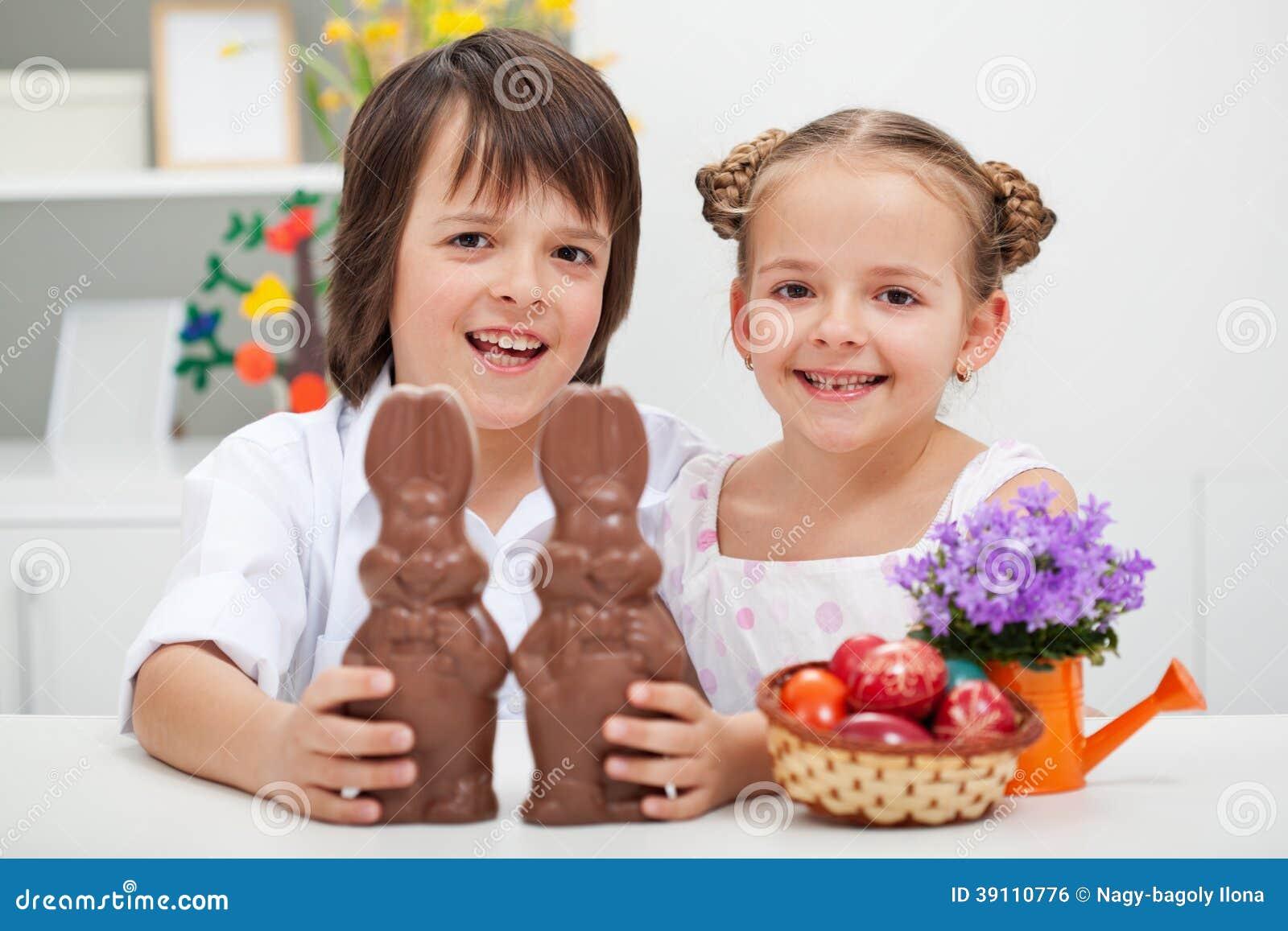 Gelukkige jonge geitjes met chocoladekonijntjes