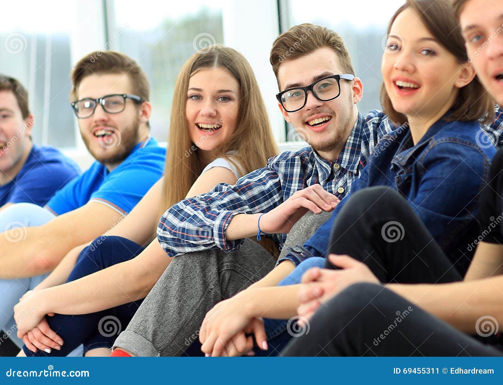 Gelukkige jonge groep mensen