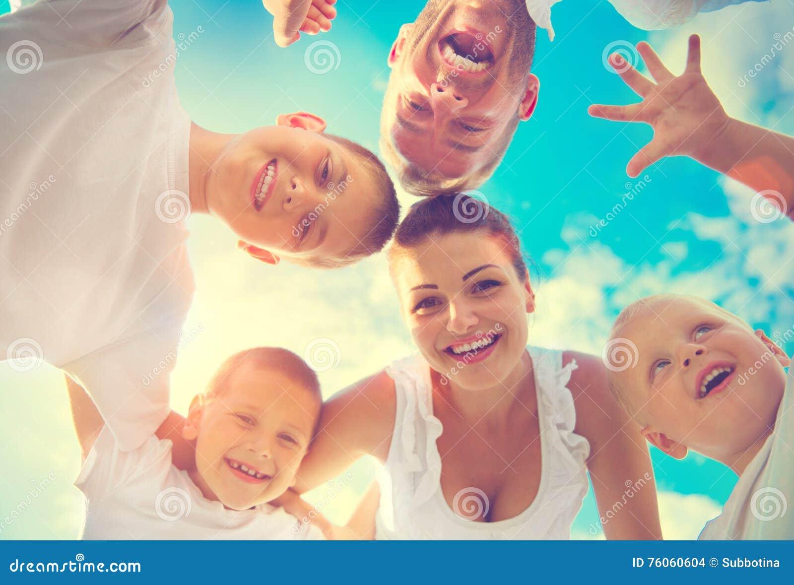 Gelukkige jonge grote familie die pret hebben samen