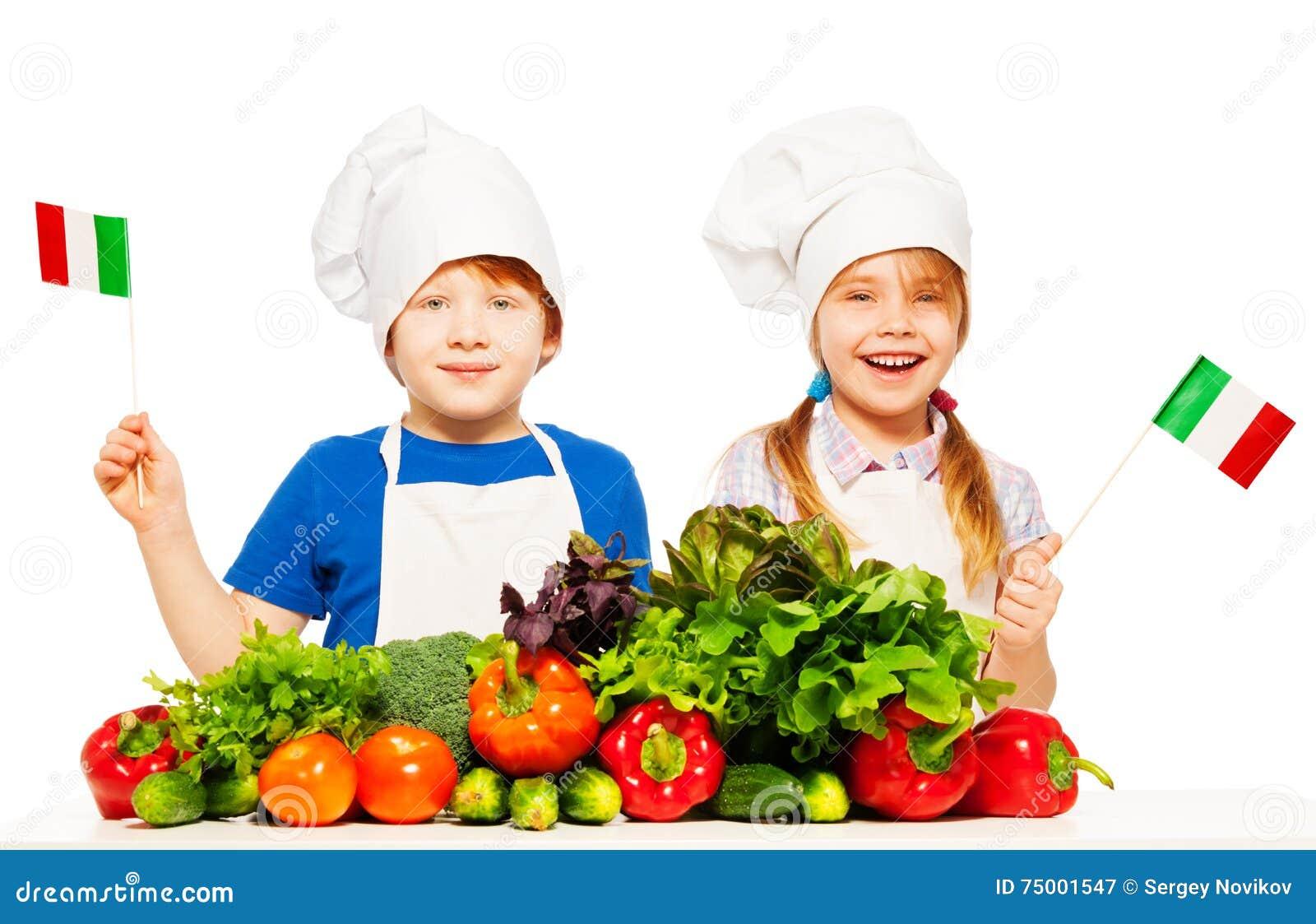 Gelukkige jonge Italiaanse koks met groene groenten