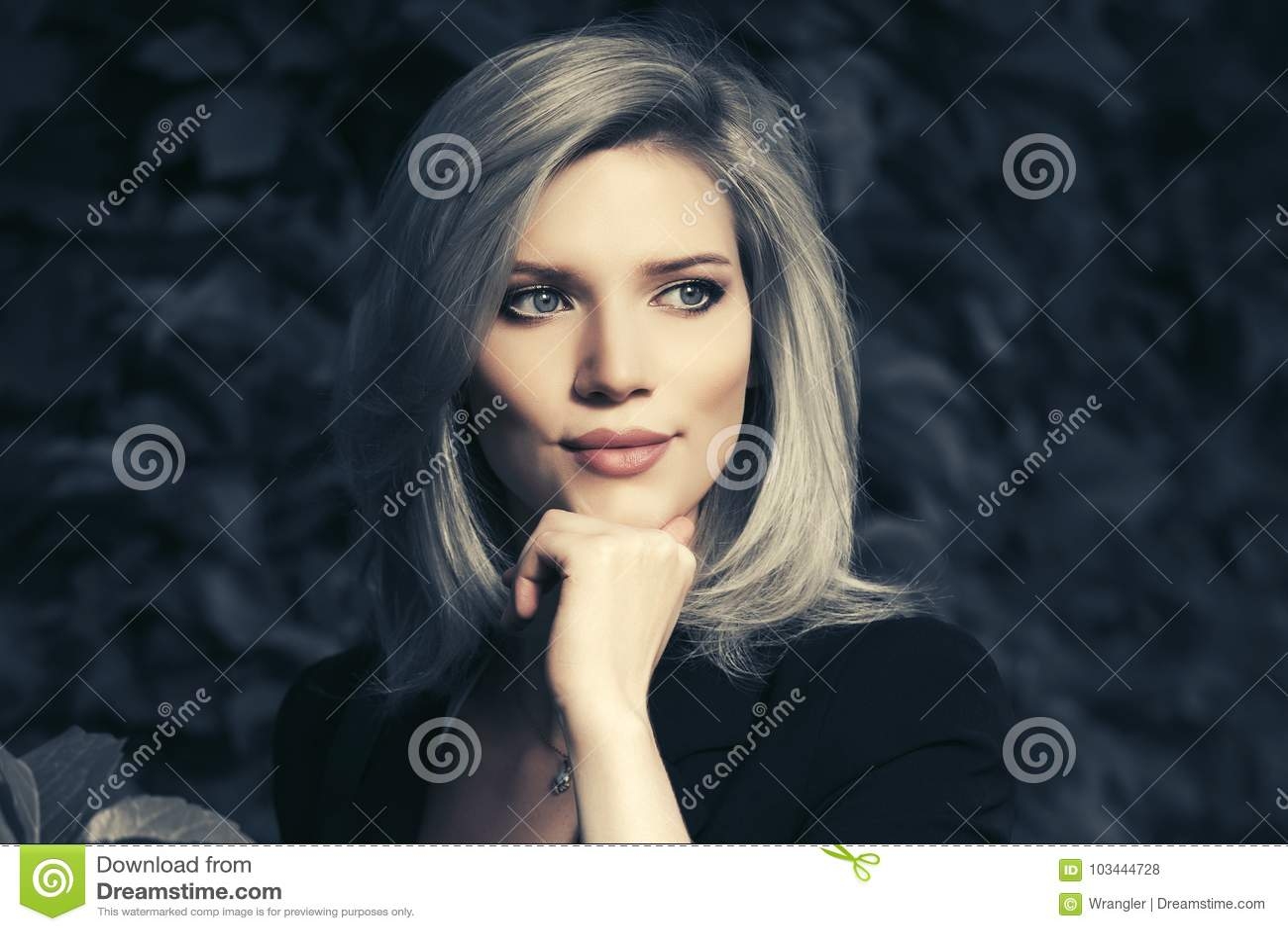 Gelukkige jonge manier bedrijfsvrouw in een stadspark