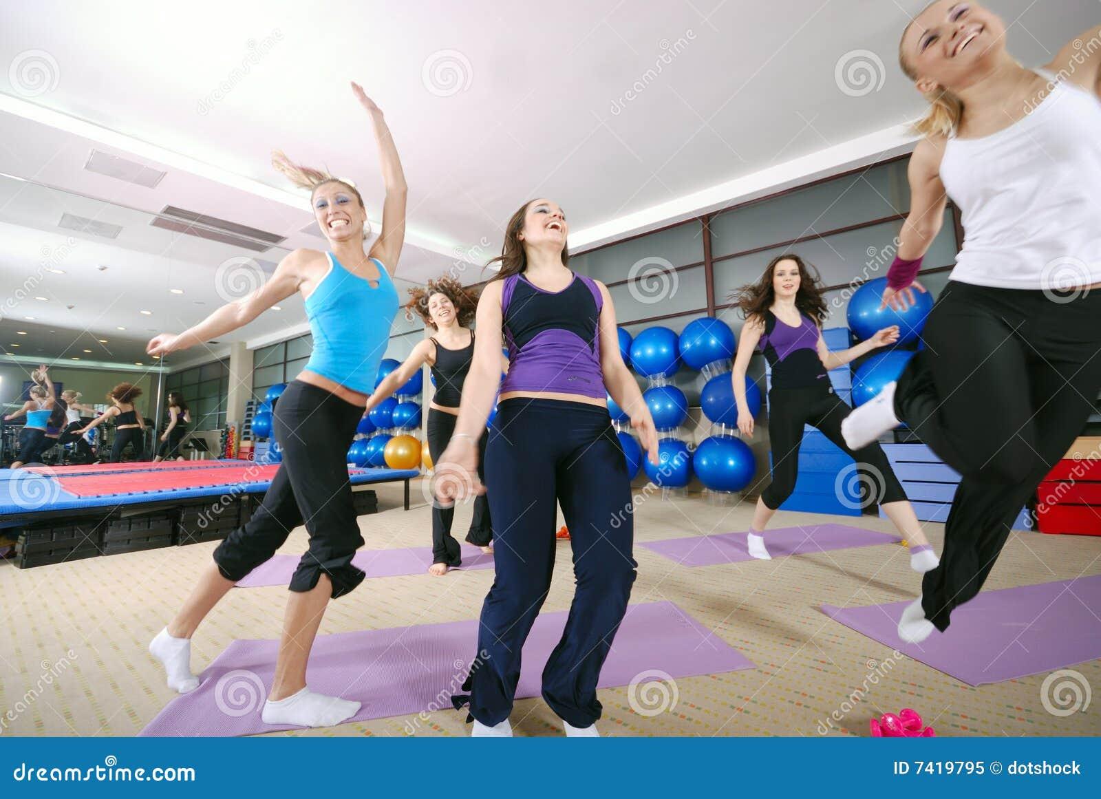 Gelukkige jonge meisjes die hoog springen