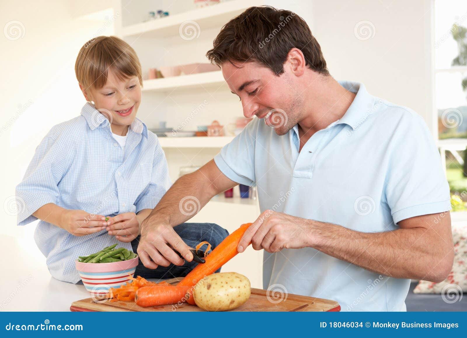 Gelukkige jonge mens met de groenten van de jongensschil