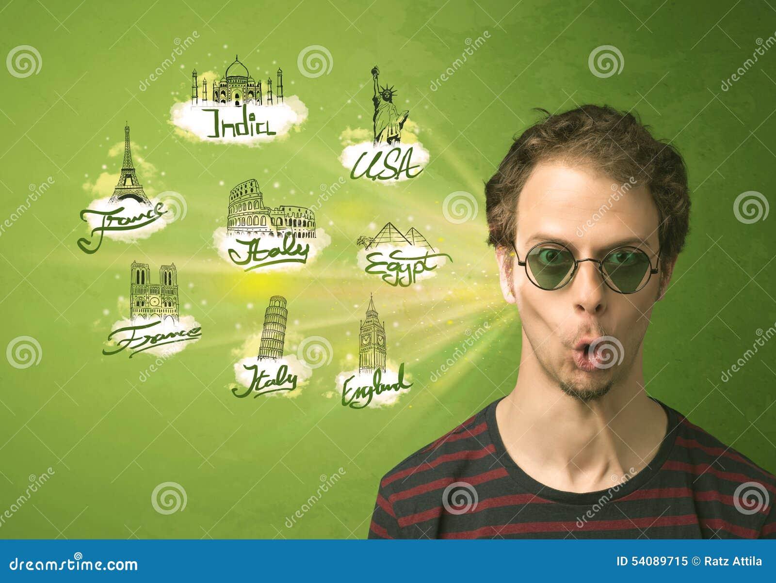 Gelukkige jonge mens met zonnebril die naar steden rond w reizen