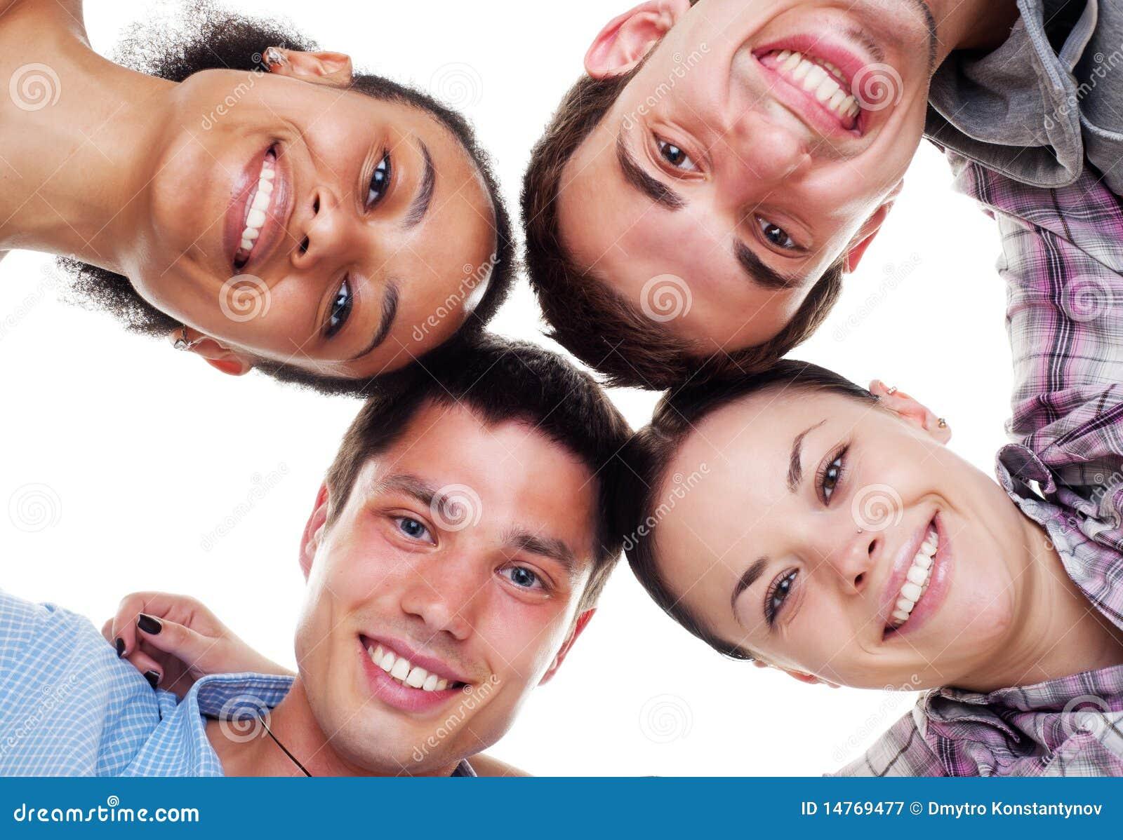 Gelukkige jonge mensen in cirkel