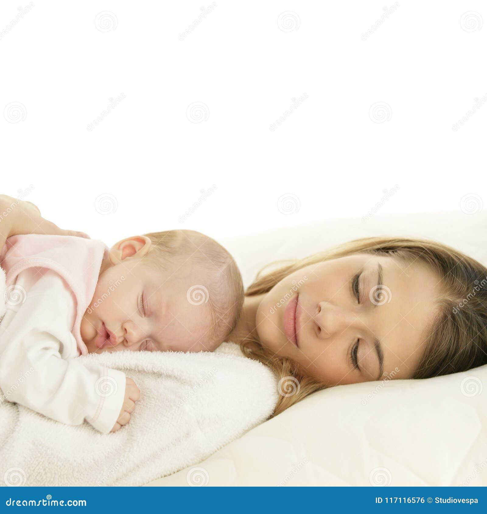 Gelukkige jonge moeder met haar slaap pasgeboren baby