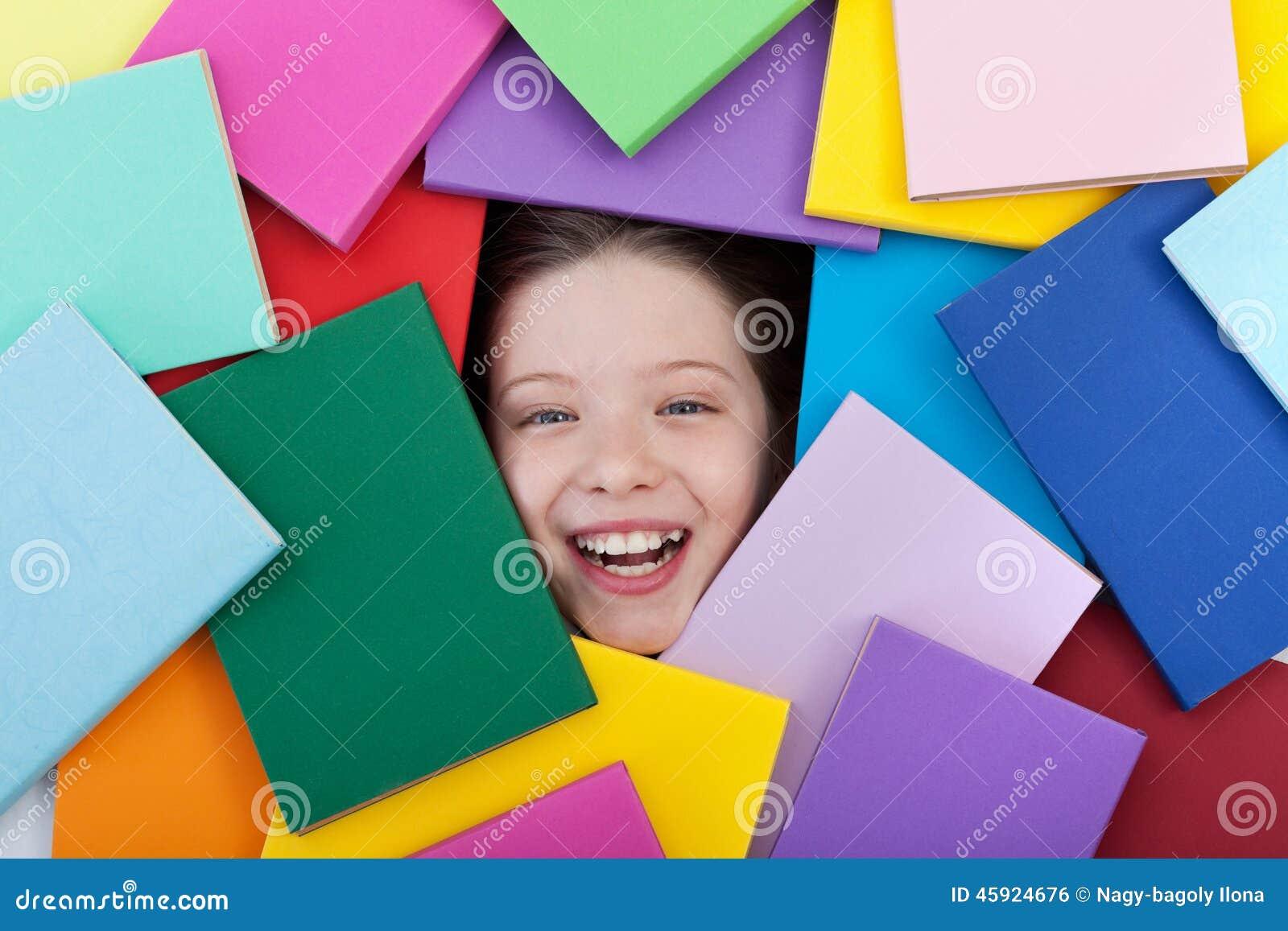 Gelukkige jonge student omvat met boeken