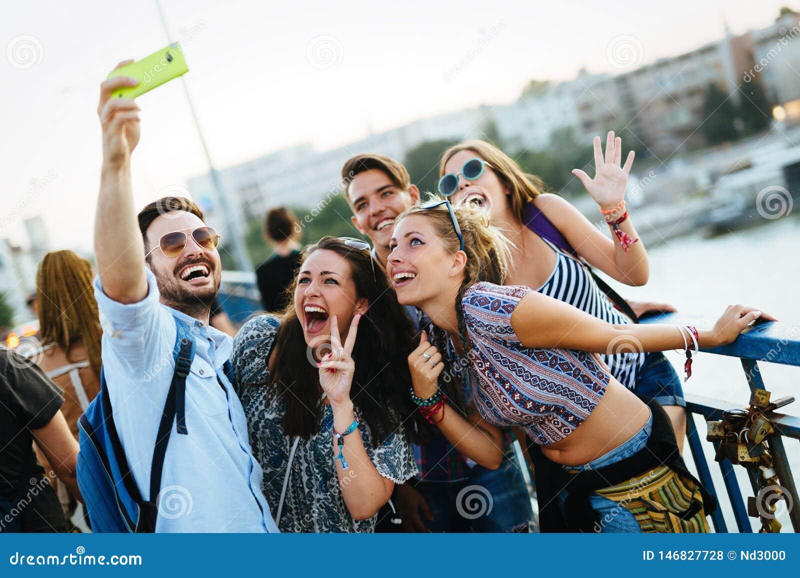 Gelukkige jonge vrienden die selfie op straat nemen