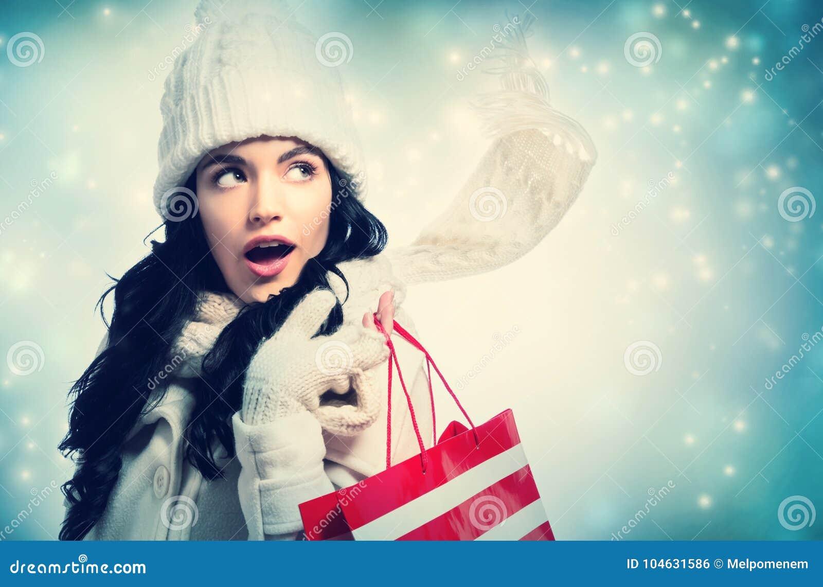 Download Gelukkige Jonge Vrouw Die Een Het Winkelen Zak Houdt Stock Foto - Afbeelding bestaande uit volwassen, achtergrond: 104631586