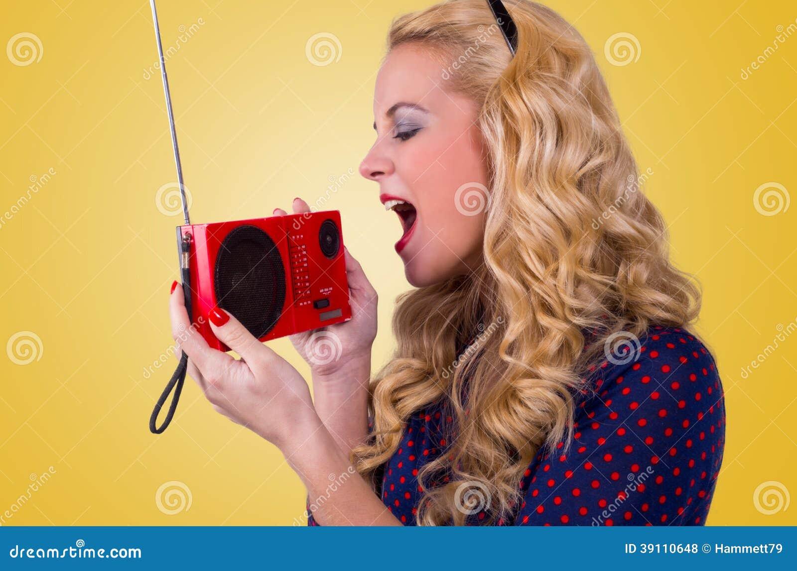 Gelukkige Jonge Vrouw met retro radio