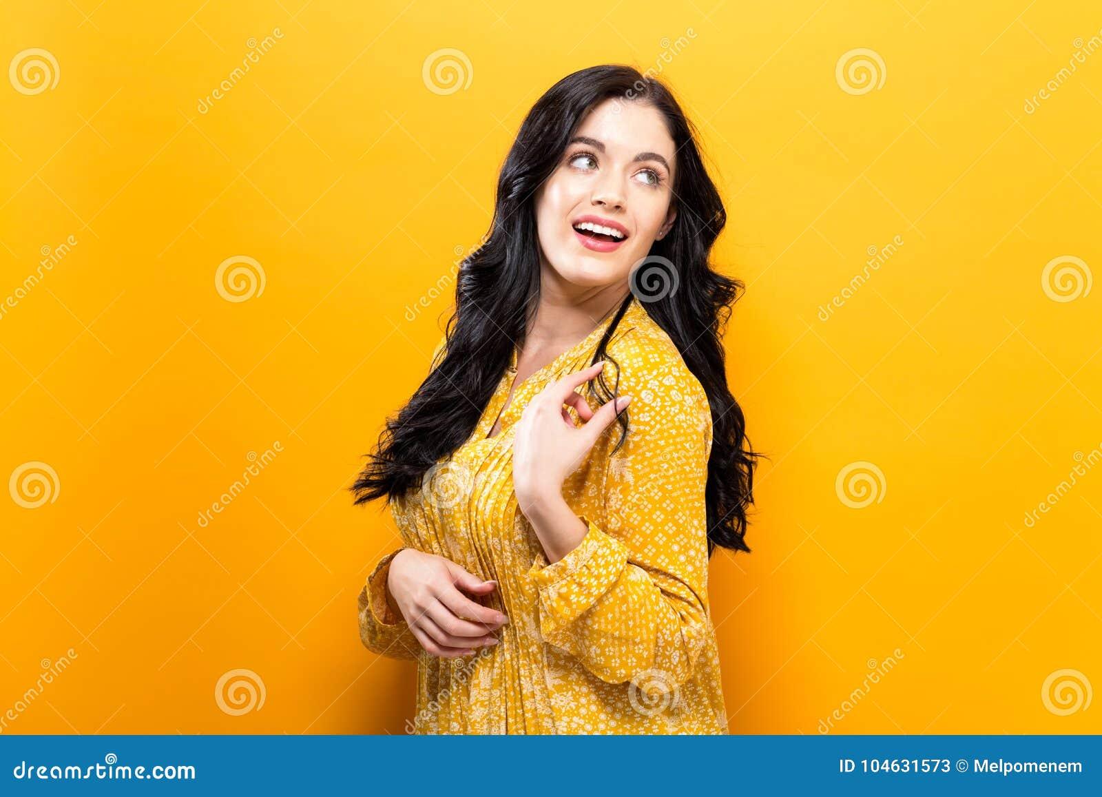 Download Gelukkige Jonge Vrouw Op Een Stevige Achtergrond Stock Afbeelding - Afbeelding bestaande uit vrouw, solid: 104631573