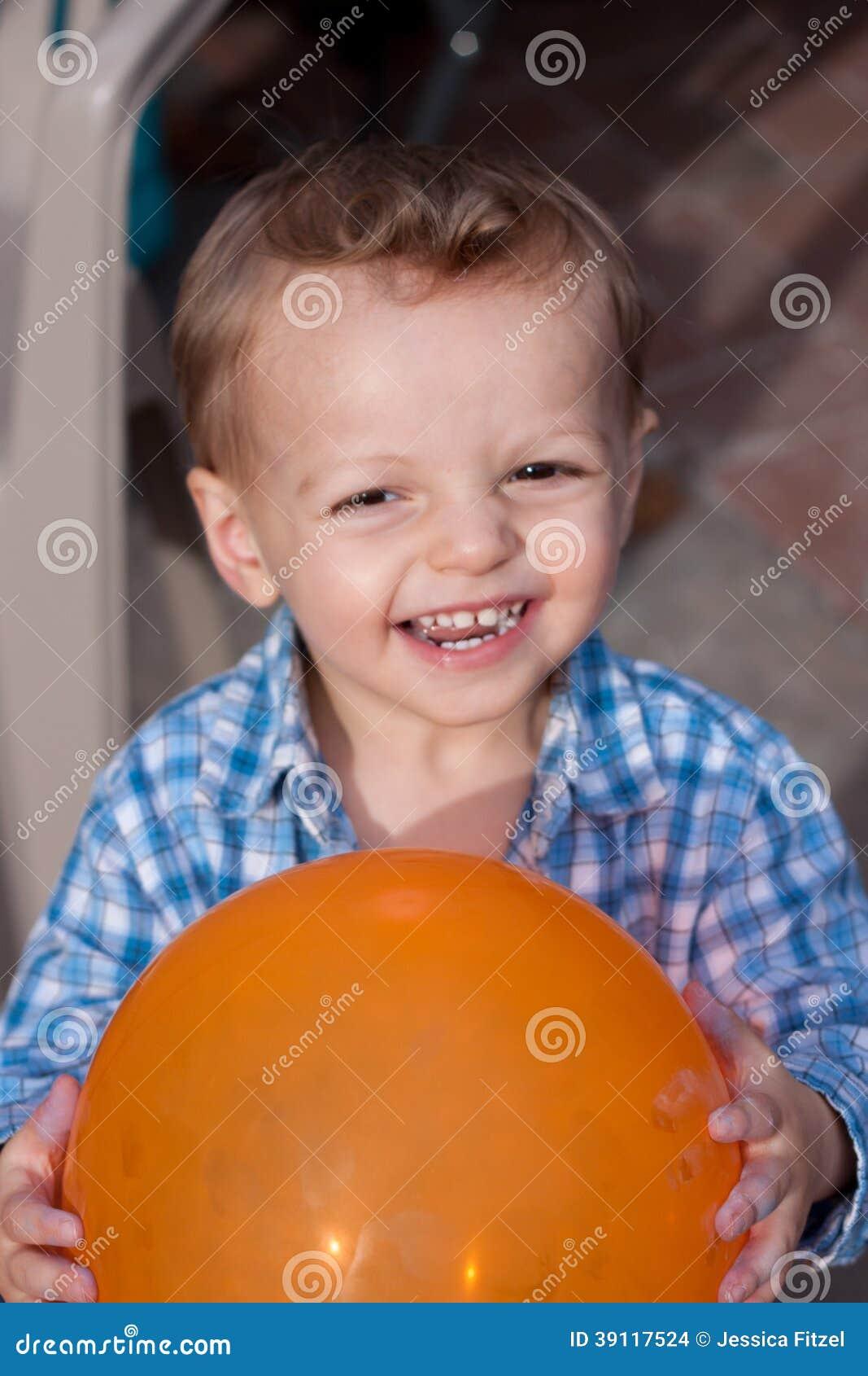 Gelukkige jongen met ballon