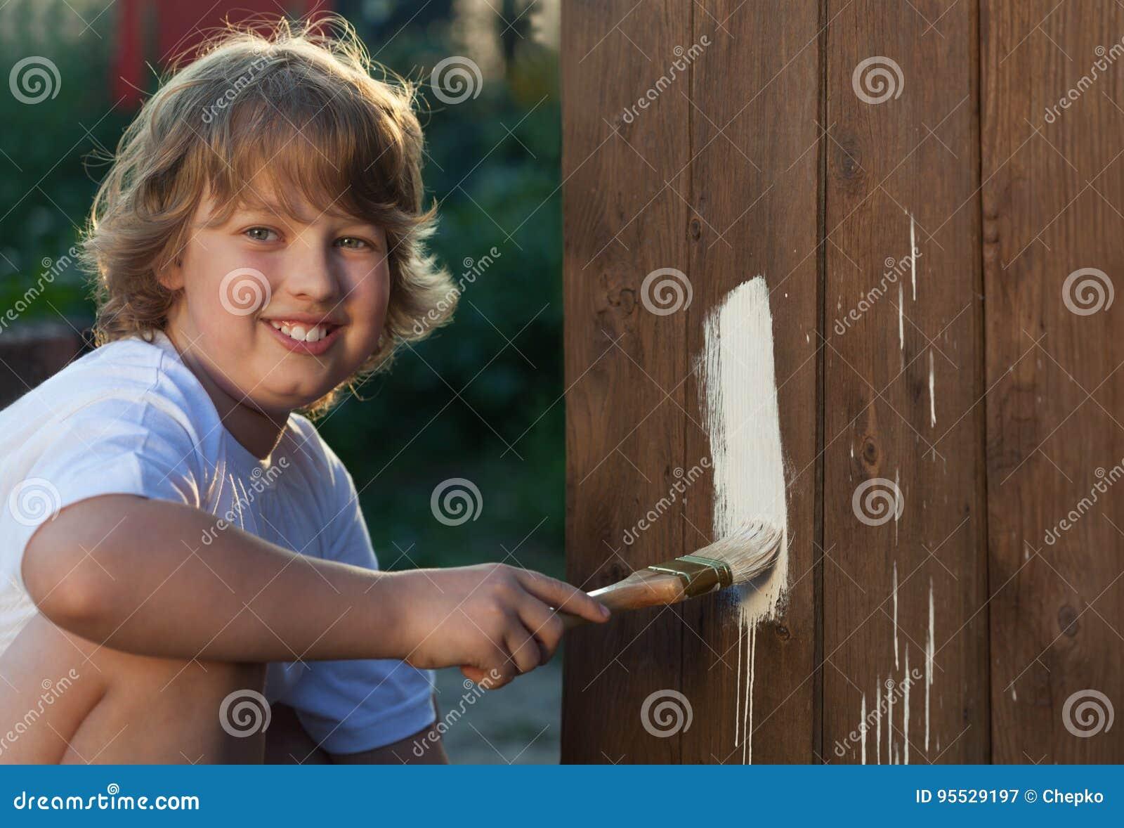 Gelukkige jongen met verfborstel
