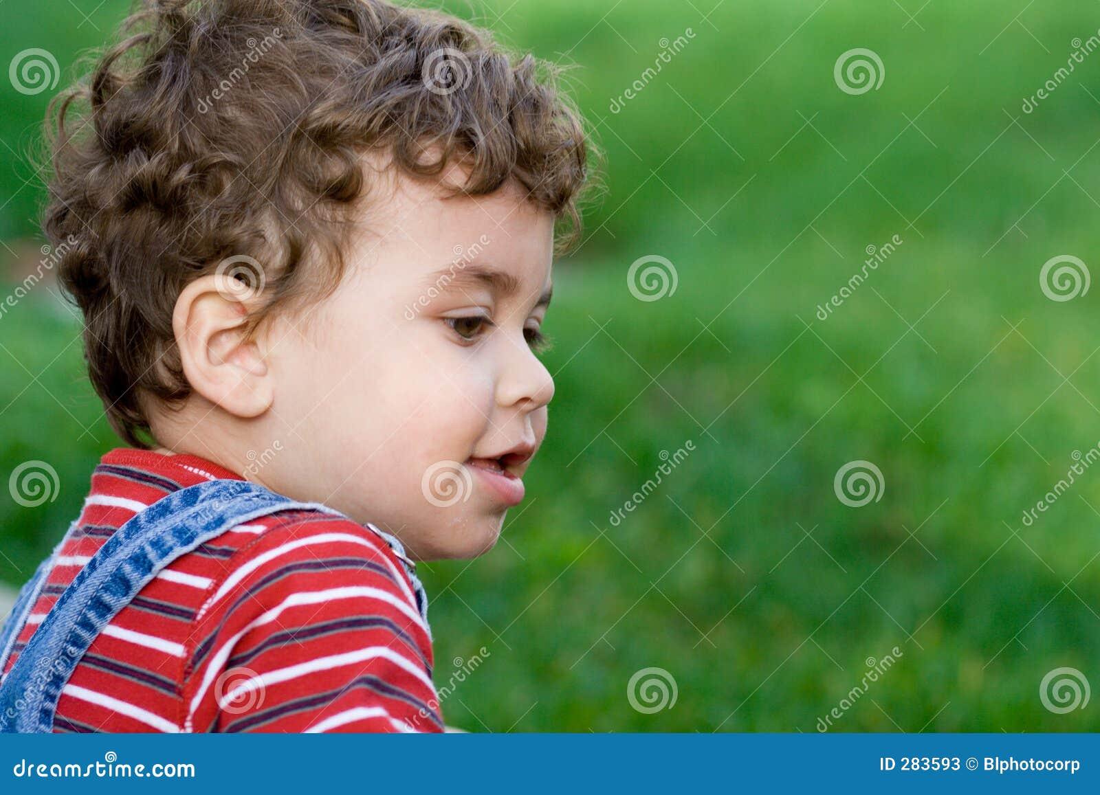 Gelukkige jongen op gras