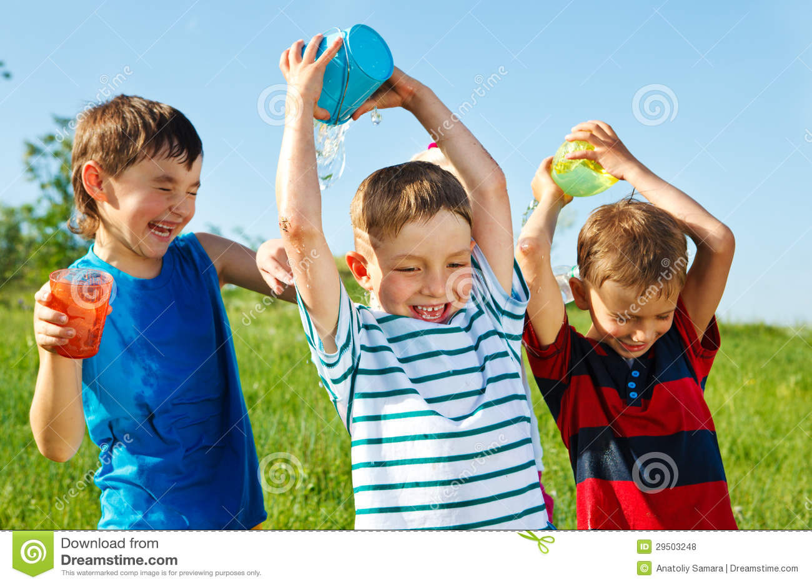 Gelukkige jongens die water bespatten
