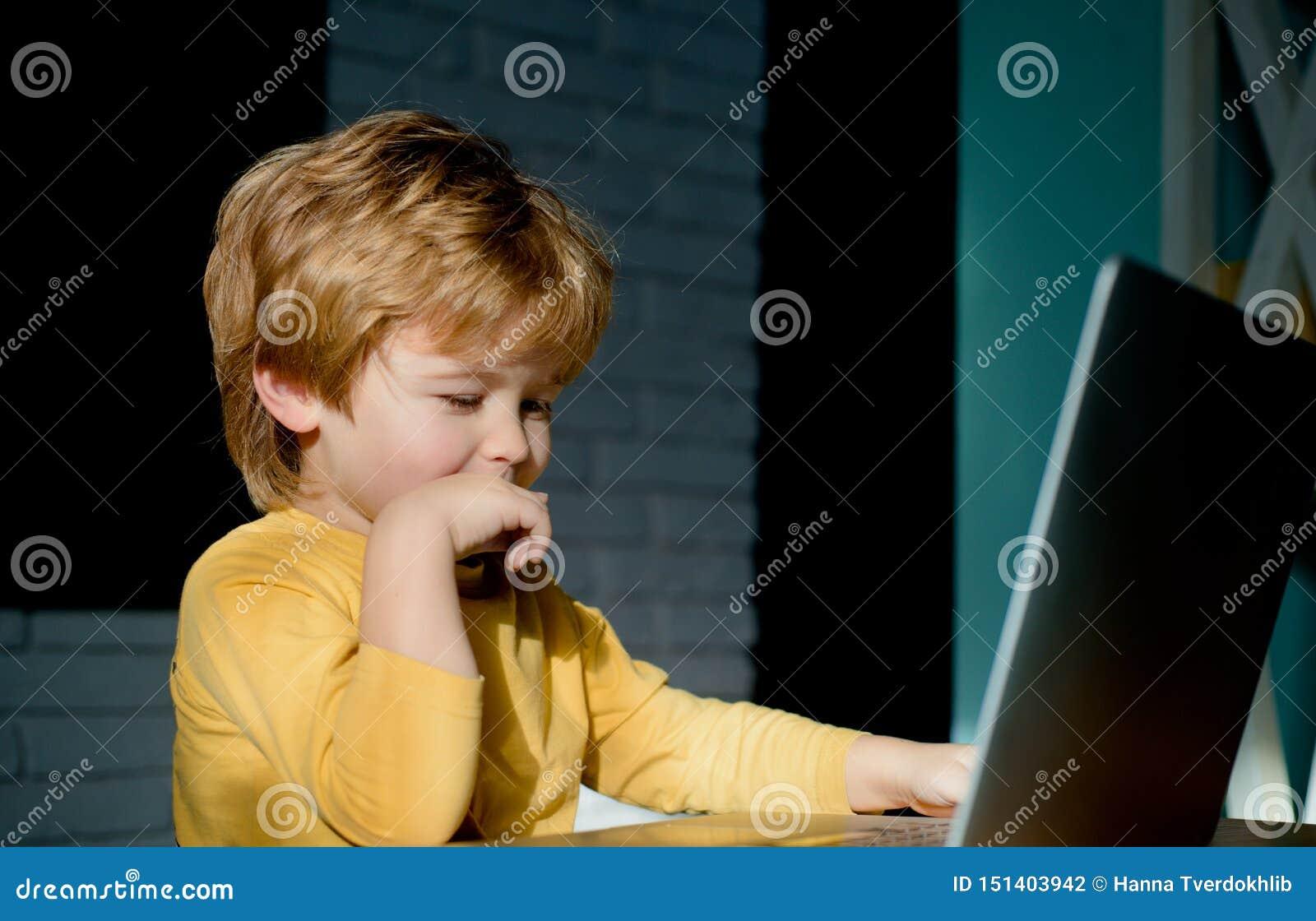 Gelukkige jongenszitting met laptop computer Het babbelen, correspondentie Online mededeling Virtuele vrienden Internet