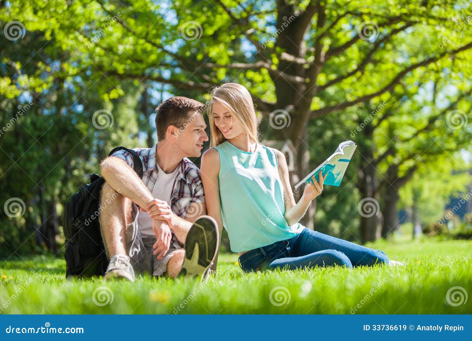 Gelukkige jongeren in openlucht