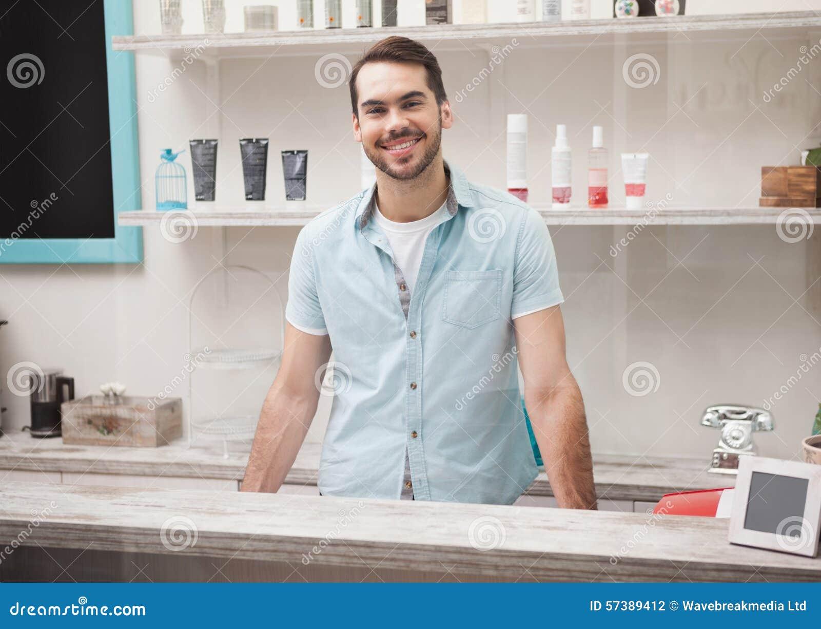Gelukkige kapper bij het werkontvangst