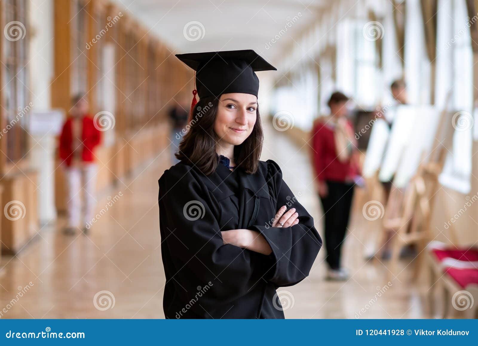 Gelukkige Kaukasische vrouw op haar graduatiedag bij Universiteit