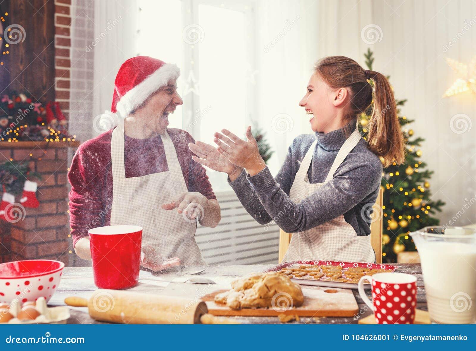 Download Gelukkige Kerstmiskoekjes Van Het Echtpaarbaksel Stock Afbeelding - Afbeelding bestaande uit lach, nieuw: 104626001