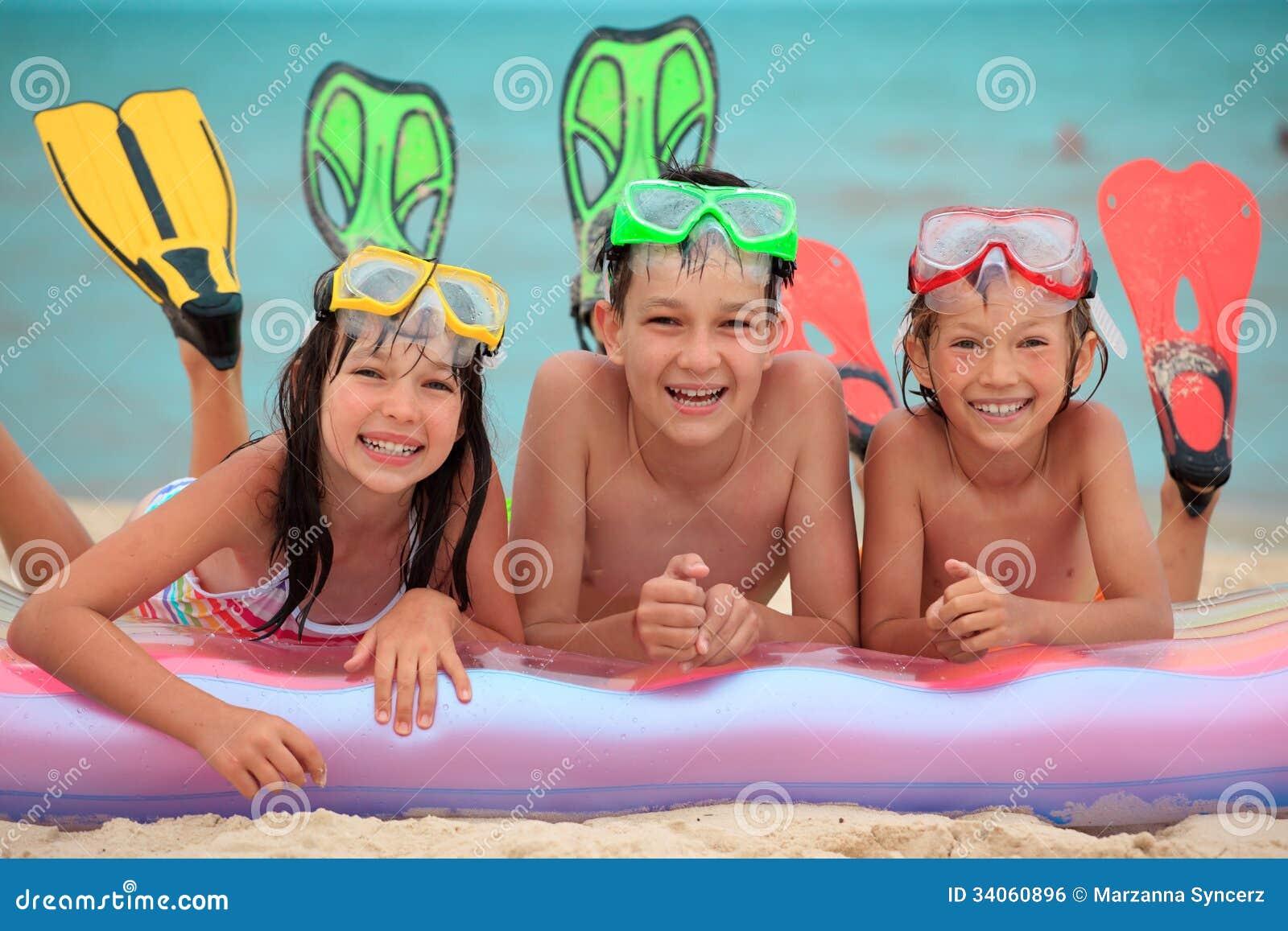 Gelukkige kinderen bij een strand