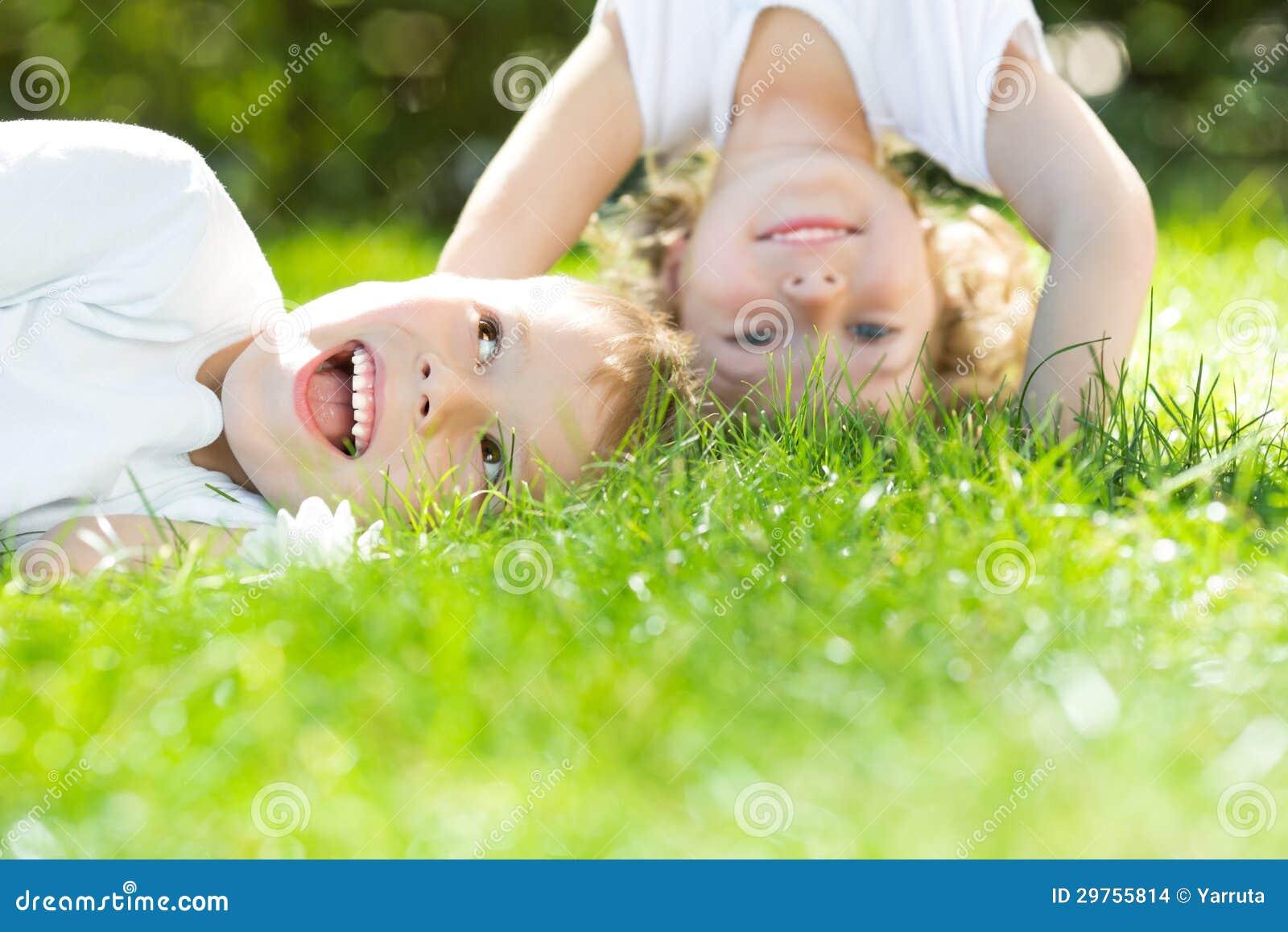 Gelukkige kinderen die bovenkant bevinden zich - neer