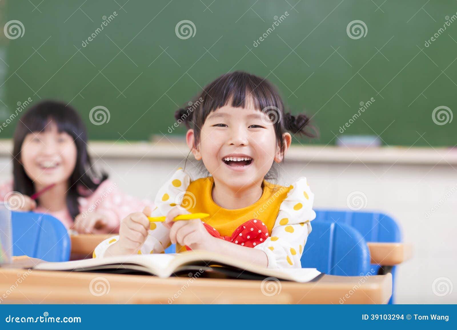 Gelukkige kinderen die in een klaslokaal bestuderen